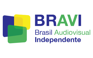 BRAVI logo, consisting of three green, yellow, and blue transparent rectangles of varying sizes with rounded edges and which partially overlap. The green rectangle is in the foreground, with the yellow rectangle directly behind it, and the blue rectangle in the back. On the right, BRAVI is written in large capital letters, with the letters B, R and I in blue, and A and V in green. On the second line, Brasil Audiovisual is written with Brasil in blue and Audiovisual in green. On the third line, the word Independente is written in blue.